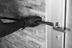 Einbrecher mit Aufhebelzange